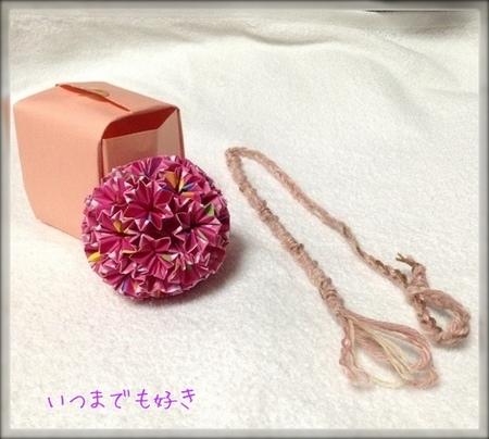 濃いめのピンク系とおもちゃのミサンガ